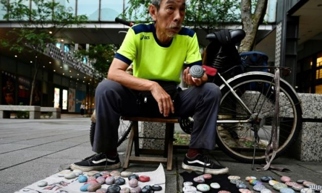 40 Years Strong: Taiwan's 'Uncle Stone' Turns Pebbles into Eye-Catching Momentos