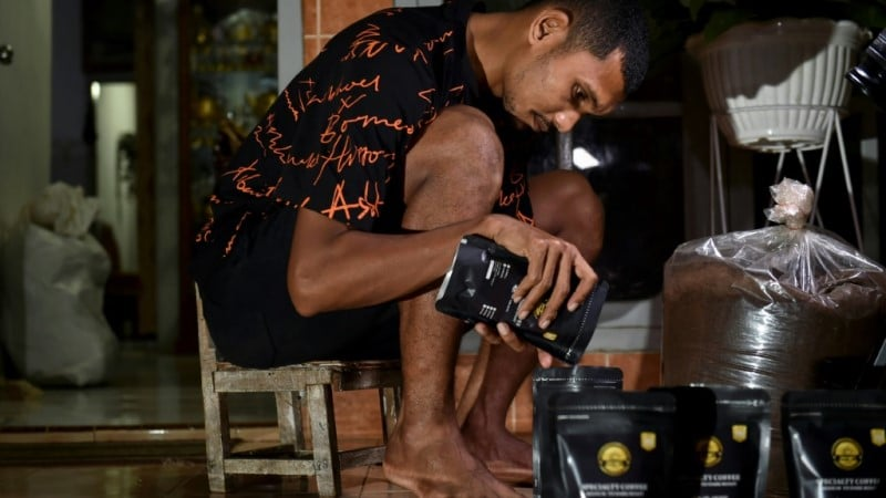 Borneo Footballer Packs Coffee
