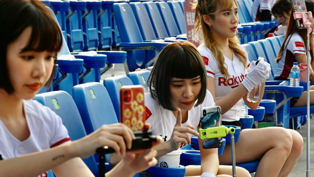 Cheerleaders Used Their Phones to Interact with fans.afp