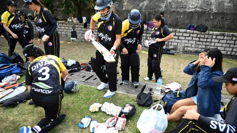 Filipino Domestic Helpers Play Cricket