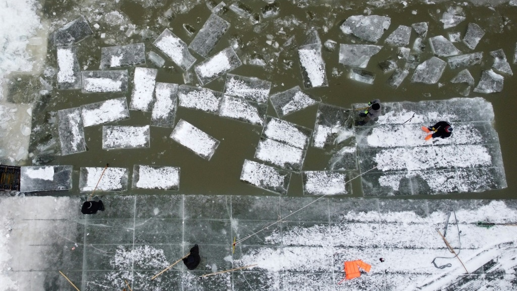 Harvesting Ice China.afp