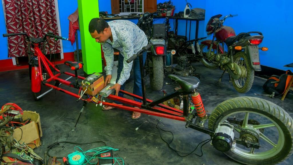 Indian Mechanic Partha Saha.afp