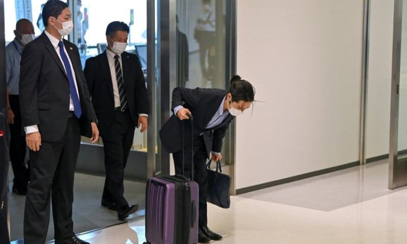 Kei Komuro bowed at the airport