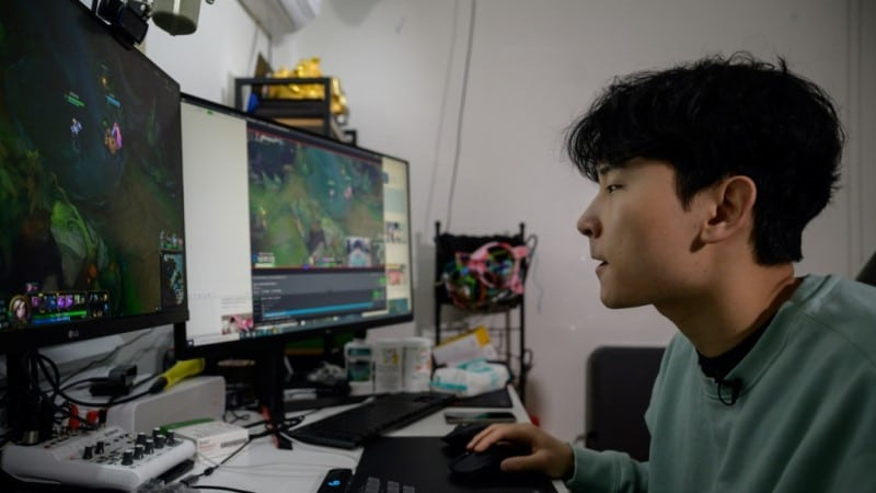 Kim Playing League of Legends