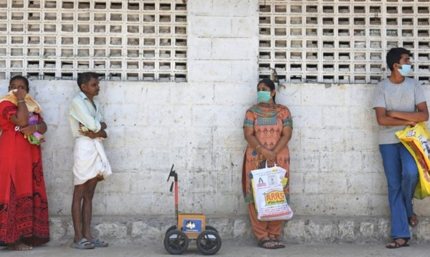 Robot Helps Indian Shoppers Maintain Social Distancing