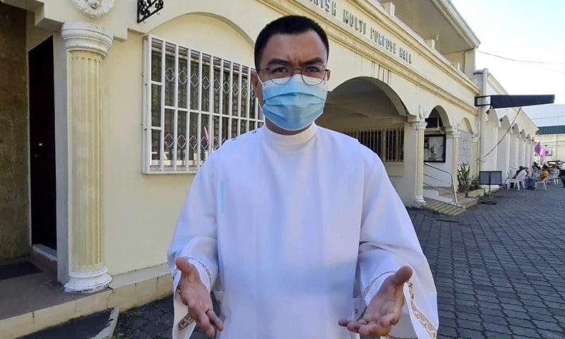 Tech-savvy Priest Fiel Pareja