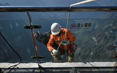 China's 'Spiderman' Picking Trash over the Abyss