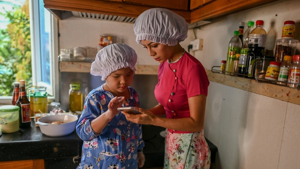 The Youngster's Cooking Operation Guided by Her Mum, Honey Cho.afp