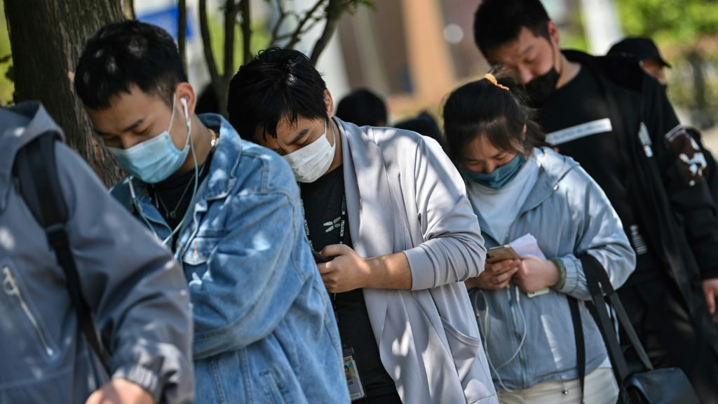 Workers Collect Salaries in Shanghai.afp